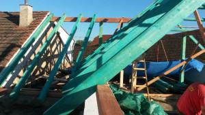Kompletní rekonstrukce střechy,včetně částečné výměny krovu a montáž střešních oken.Horosedly.